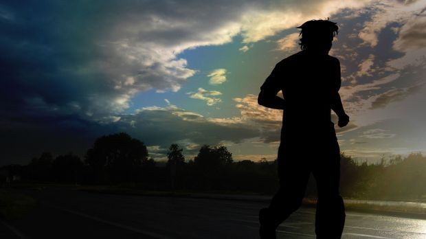 Jogger-Läufer-Gegenlicht-pixabay