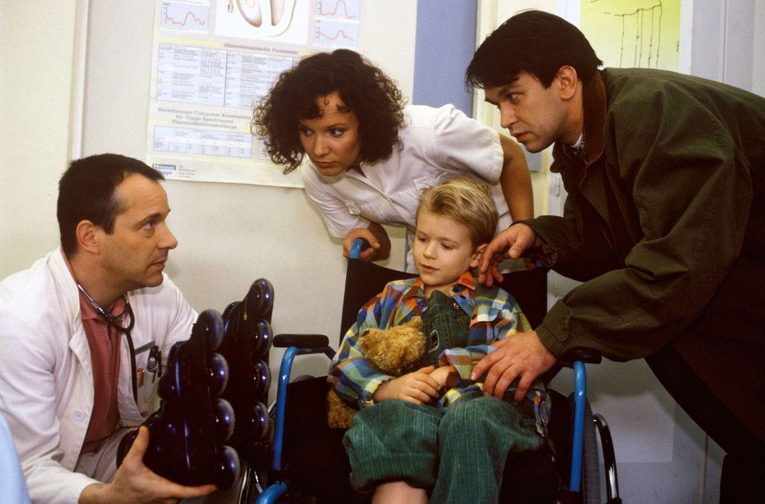 Dr. Stein (Christoph Schobesberger, l.) und Fanny Stephan (Julia Hentschel, 2.v.l.) kümmern sich um den kleinen Manuel (Thomas Belling, 2.v.r.), der... - Bildquelle: Noreen Flynn Sat.1