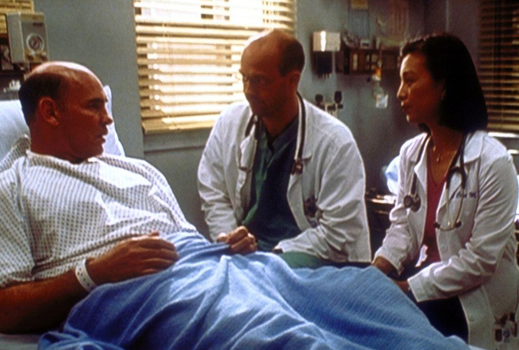Greene (Anthony Edwards, M.) und Chen (Ming-Na Wen, r.) haben eine schlechte Nachricht für Mr. Fletcher. - Bildquelle: TM+  2000 WARNER BROS.