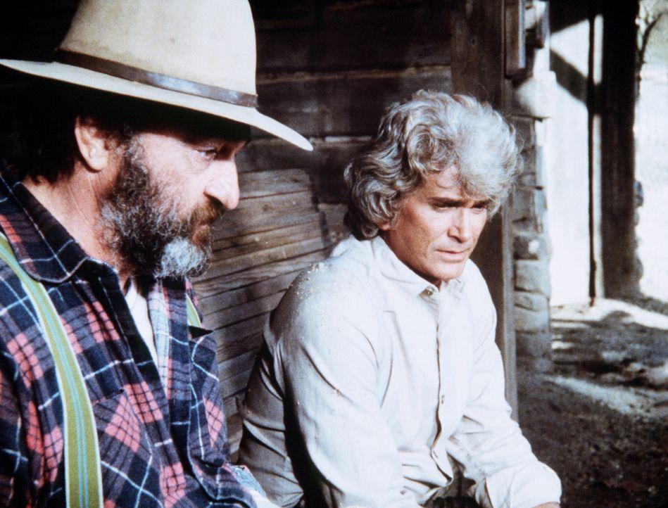 Charles (Michael Landon, r.) erzählt seinem Freund Mr. Edwards (Victor French, l.) von den Sorgen, die ihm sein Sohn Albert bereitet. - Bildquelle: Worldvision
