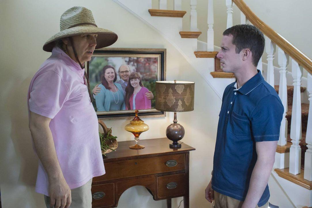 Als Ryan (Elijah Wood, r.) tatsächlich vor seinem alten Freund Bruce (Dwight Yoakam, l.) steht, weiß er plötzlich nicht mehr, ob das die richtige En... - Bildquelle: 2013 Bluebush Productions, LLC. All rights reserved.