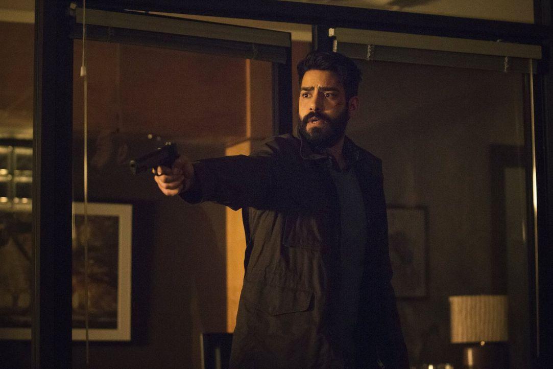 Während Ravi (Rahul Kohli) und Blaine versuchen, Payton aus den Händen von Mister Boss' Männern zu retten, muss Clive sich zwischen Leben und Tod en... - Bildquelle: 2014 Warner Brothers