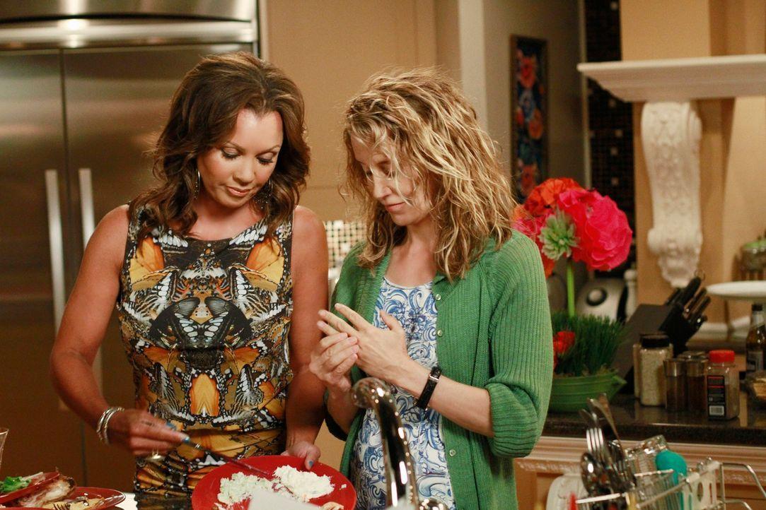 Während Lynette (Felicity Huffman, r.) wegen der Tat ein schlechtes Gewissen hat, macht sich Renee (Vanessa Williams, l.) an den neuen Nachbarn Ben... - Bildquelle: Touchstone Pictures