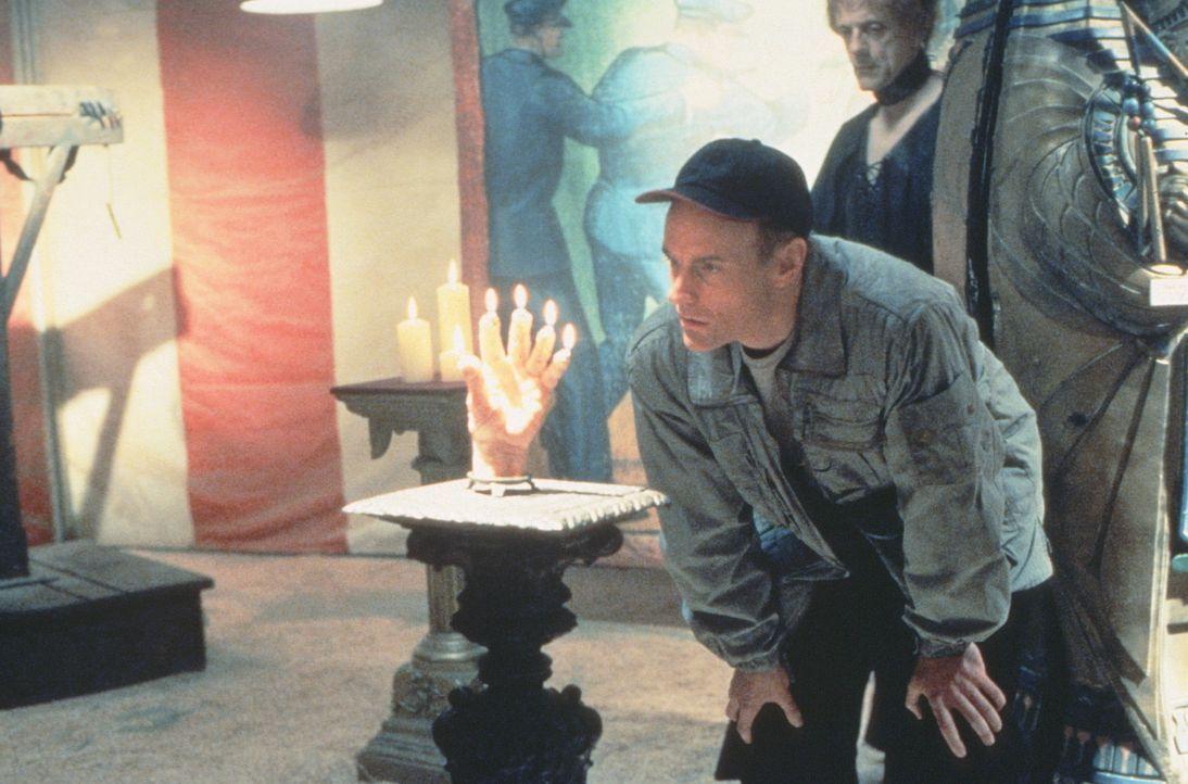 Erstaunt betrachtet Dr. George (Matt Frewer, l.) in Anwesenheit von Quicksilver (Christopher Lloyd, r.) einen Kerzenständer in Form einer abgeschla... - Bildquelle: 20th Century Fox Film Corporation