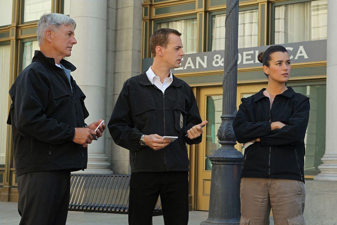 Müssen einen Fall untersuchen, in dem Genie und Wahnsinn nicht voneinander zu unterscheiden sind: Gibbs (Mark Harmon, l.), McGee (Sean Murray, M.) u... - Bildquelle: CBS Television