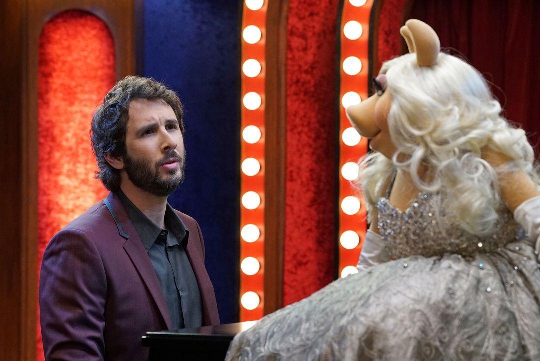 Kermit macht einen Versöhnungsversuch mit Miss Piggy (r.), indem er ihr ein Date mit Josh Groban (l.) arrangiert. Doch wird dies zu ihrer Zufriedenh... - Bildquelle: Eric McCandless ABC Studios