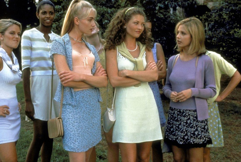 Die Ereignisse am Windsor College überschlagen sich: Die Studentinnen Murphy (Portia de Rossi, l.), Lois (Rebecca Gayheart, M.) und Cic (Sarah Mich... - Bildquelle: Kinowelt Filmverleih GmbH 1997