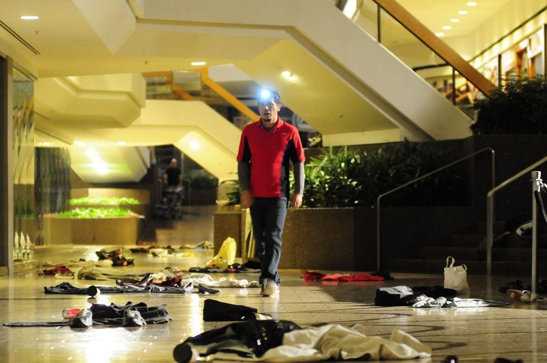In dem Wirrwarr aus Kleidungsstücken, Schatten und Trümmern möchte Paul (John Leguizamo) nur eines: Überleben ... - Bildquelle: Koch Media GmbH