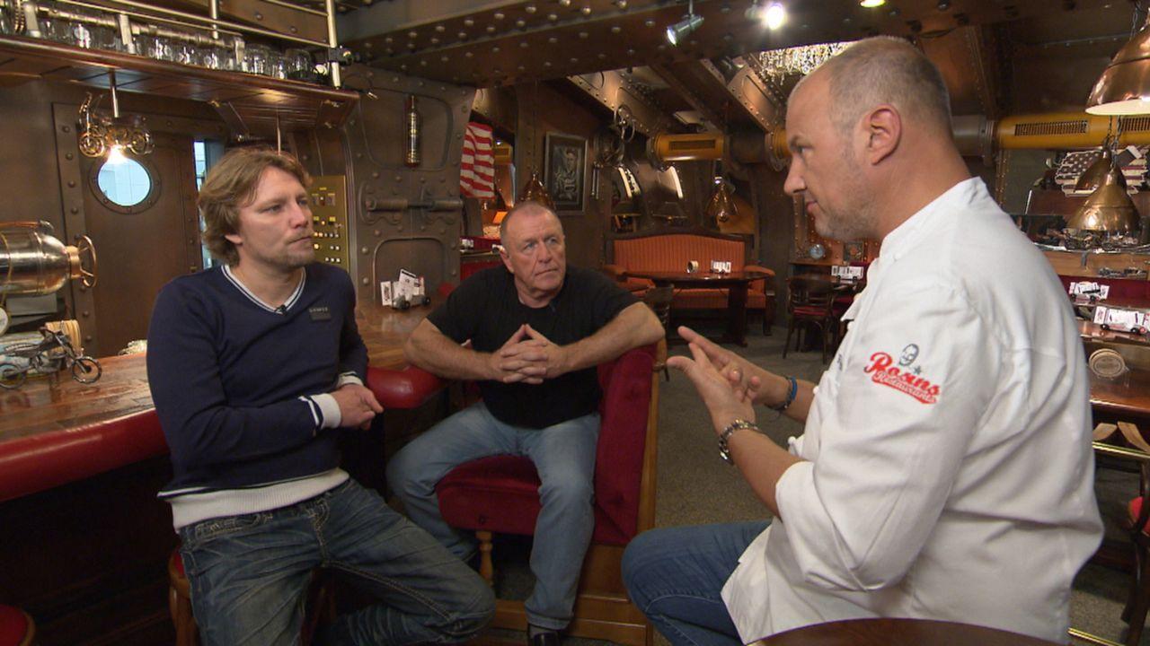 """Im """"Silberpfeil"""" in Kirchlengern wird Frank Rosins (r.) Hilfe dringend gebraucht: Michael (M.) hat nämlich keine Ahnung vom Kochen ... - Bildquelle: kabel eins"""