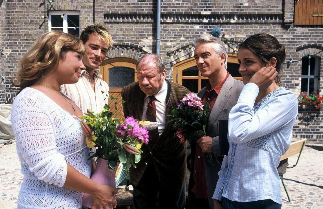 Sandra (Rebecca Immanuel, r.) und Felix (Christoph M. Ohrt, 2.v.r.) treffen mit Verspätung ein und werden von der Braut (Sandra Steffel, l.), ihrem... - Bildquelle: Hardy Spitz Sat.1