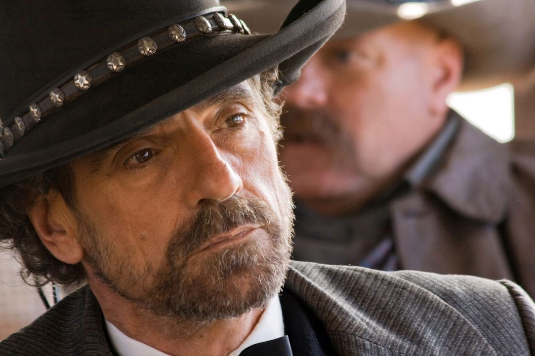 Randall Bragg (Jeremy Irons) unterdrückt eine ganze Stadt mit seiner Gang - er isst ohne zu bezahlen, leiht sich Pferde ohne sie zurückzubringen und... - Bildquelle: Warner Bros.
