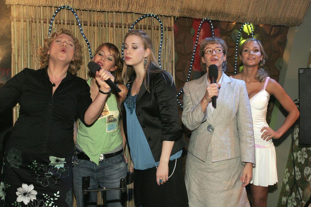 Timo (Matthias Dietrich, r.) beobachtet eifersüchtig, wie Kim (Lara-Isabelle Rentinck, M.) mit DJ Vin (Dejan Levi, l.) flirtet. Die Stimmung ist auf... - Bildquelle: Noreen Flynn Sat.1