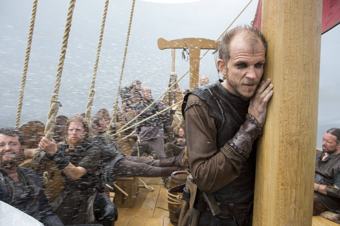 1. Staffel - Floki (Gustaf Skarsgård, stehend) entwirft und baut den Prototypen aller Wikingerschiffe der neuen Generation. Im Gegensatz zum Vorgäng... - Bildquelle: Jonathan Hession 2013 TM TELEVISION PRODUCTIONS LIMITED/T5 VIKINGS PRODUCTIONS INC. ALL RIGHTS RESERVED.