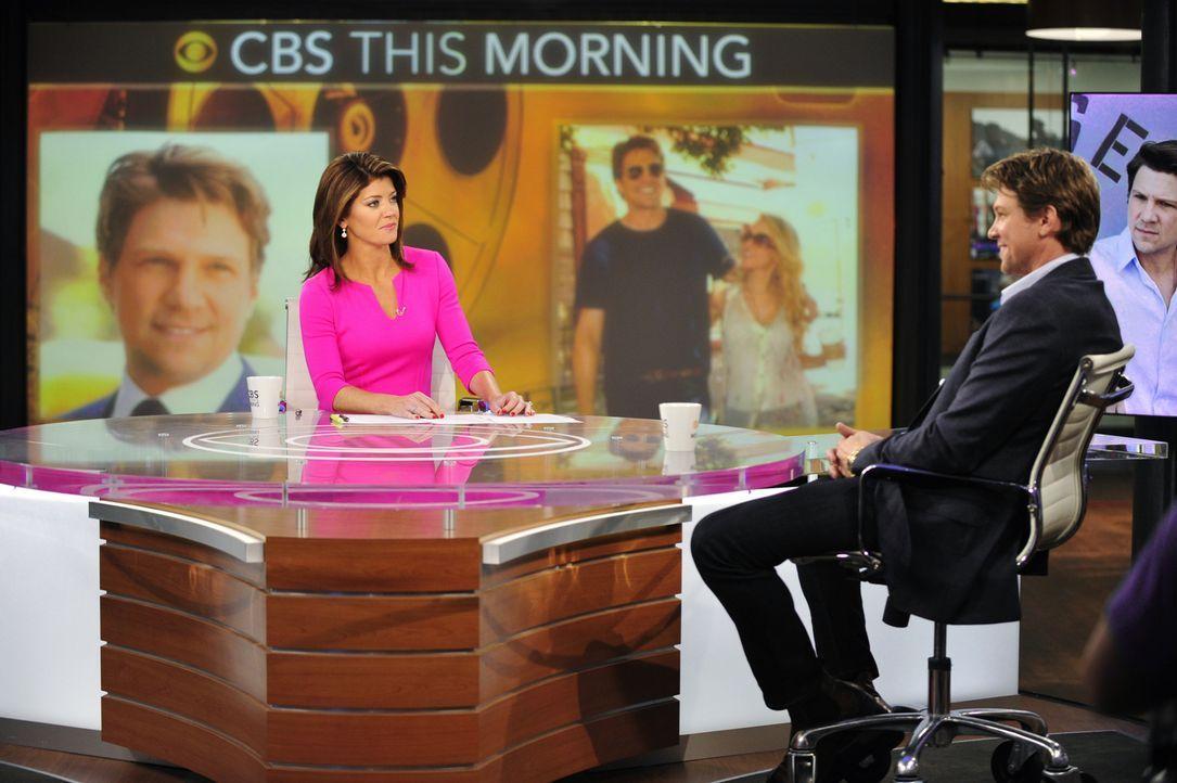 Der berühmte Russell Berke (Marc Blucas, r.) begleitet Danny, um sich auf seine neuste Rolle vorzubereiten. Als der Schauspieler bei Norah O'Donnell... - Bildquelle: 2013 CBS Broadcasting Inc. All Rights Reserved.