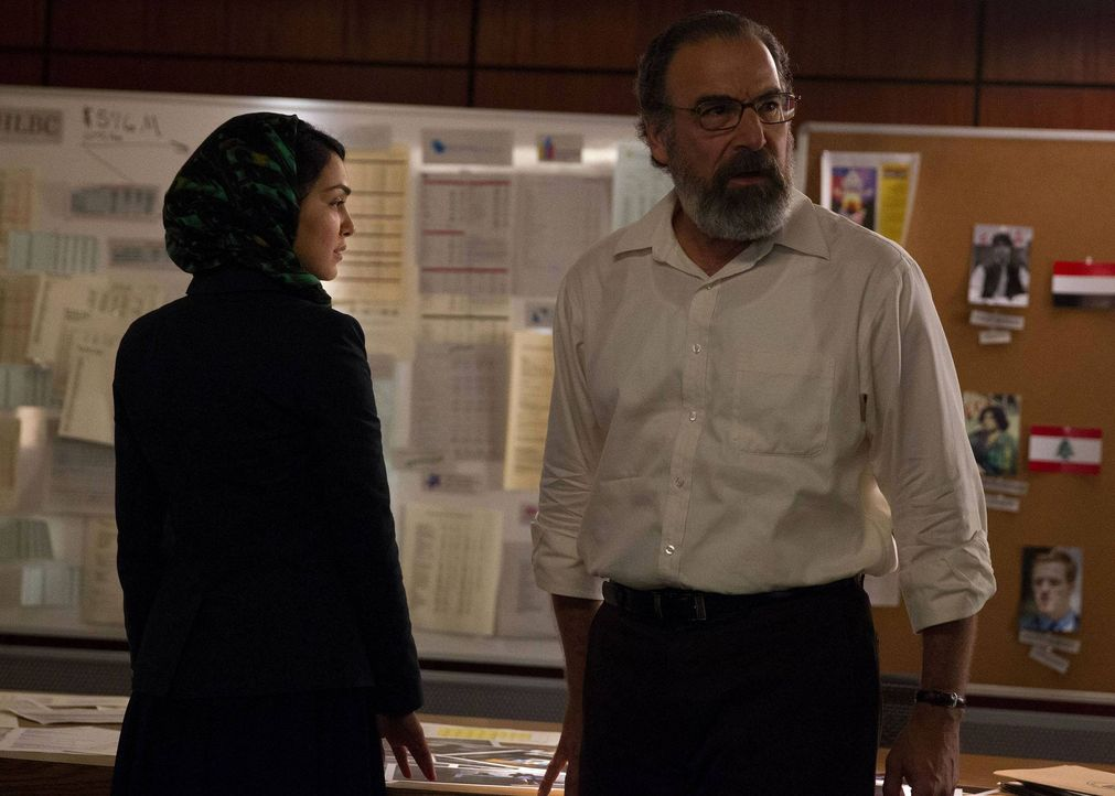 Während sich Dana das Auto ihrer Mutter leiht und mit Leo das Weite sucht, finden Saul (Mandy Patinkin, r.) und Fara (Nazanin Boniadi, l.) heraus, w... - Bildquelle: 2013 Twentieth Century Fox Film Corporation. All rights reserved.