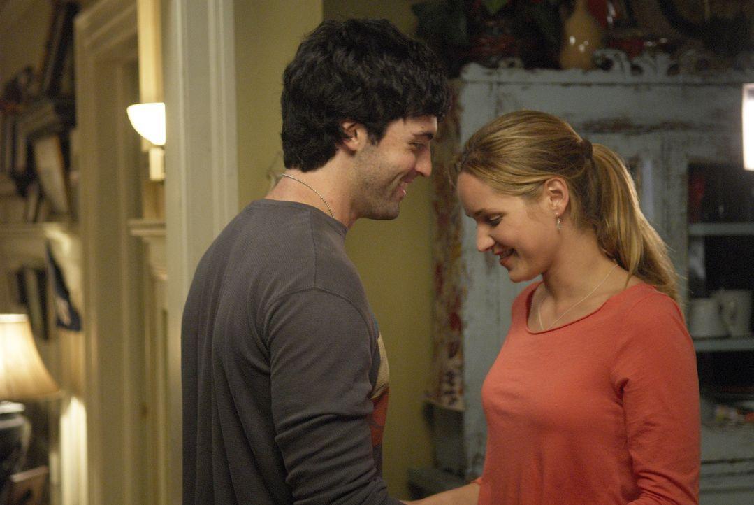 Kommen sich P.J. (Jordana Spiro, r.) und Brendan (Reid Scott, l.) wieder näher? - Bildquelle: 2006 Sony Pictures Television Inc. All Rights Reserved.