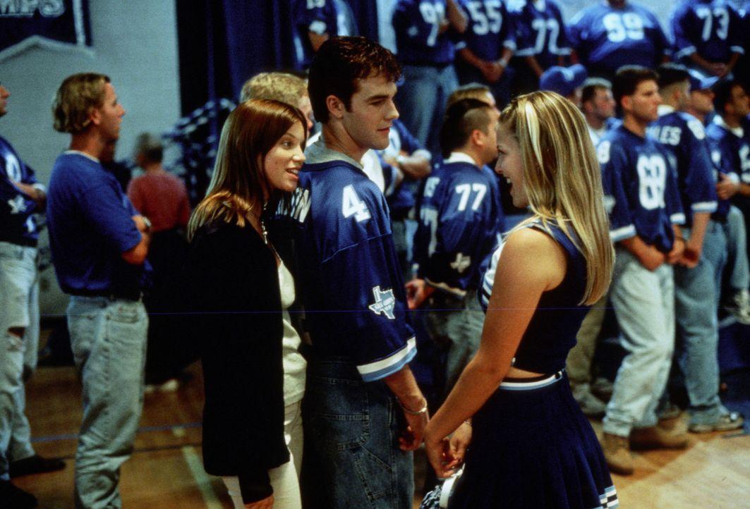 Football ist ihr Leben: Jules (Amy Smart, l.) und Darcy (Ali Larter, r.). Nur Jonathan (James Van Der Beek, M.) hat ein sehr gespaltenes Verhältnis... - Bildquelle: TM, ® &   1999 by Paramount Pictures. All Rights Reserved.