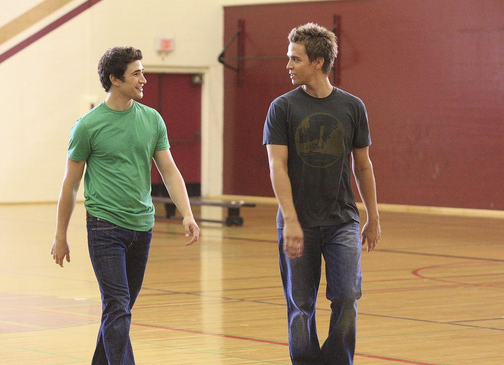Kyle (Matt Dallas, l.) wird verdächtigt, für die Veröffentlichung der Testfragen verantwortlich zu sein und sucht bei seinem Freund Declan (Chris... - Bildquelle: TOUCHSTONE TELEVISION