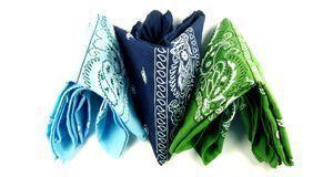 Bandanas gibt es in vielen verschiedenen Farben und mit unterschiedlichen Mus...