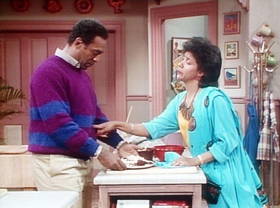 Clair (Phylicia Rashad, r.) ist erstaunt, wie Cliff (Bill Cosby, l.) derartig zulegen konnte, seit er einen Kurs für Schwangere im Gemeindezentrum... - Bildquelle: Viacom