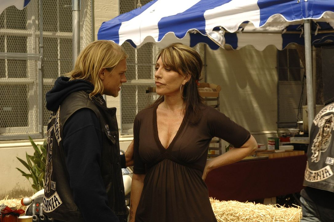 """Während der von Gemma (Katey Sagal, r.) organisierten Benefiz-Veranstaltung kommt es zu einem Zwischenfall mit einem ehemaligen Mitglied der """"Sons... - Bildquelle: 2008 FX Networks, LLC. All rights reserved."""
