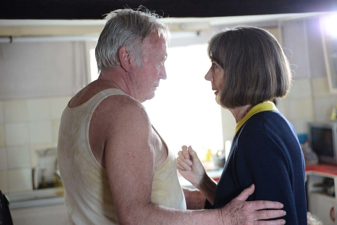 Ein heimlicher Verehrer beunruhigt Ruth (Eileen Atkins, r.). Kann es sein, dass Robert (Paul Moriarty, l.) der Schenker von Rosen und Geburtstagskuc... - Bildquelle: BUFFALO PICTURES/ITV
