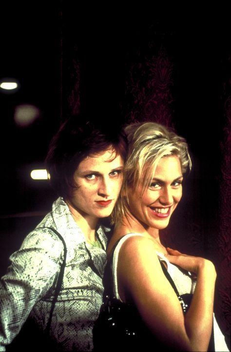 Die beiden Freundinnen Conny (Gruschenka Stevens, r.) und Bibi (Sophie Rois, l.) jobben in einer Telefonsex-Agentur. Eines Tages startet einer ihrer... - Bildquelle: ProSieben/Klausmann