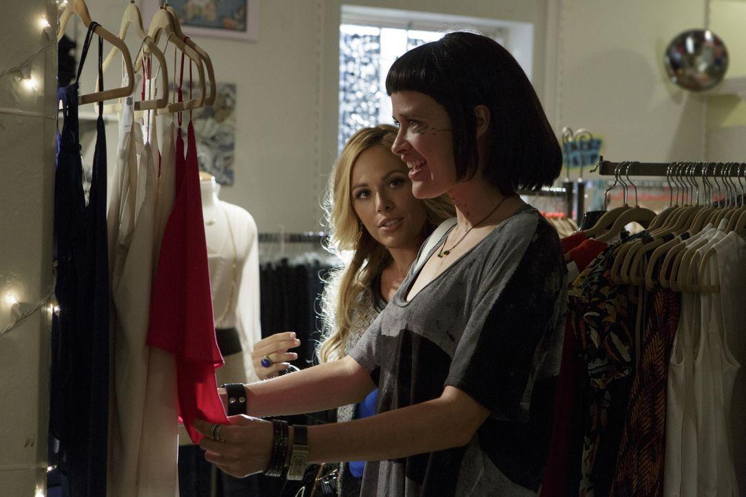 Taylor (Natalie Hall, l.) lädt Sophia (Brina Palencia, r.) zum Shopping ein, um ein paar Informationen über Drake zu bekommen ... - Bildquelle: 2014 The CW Network, LLC. All rights reserved.