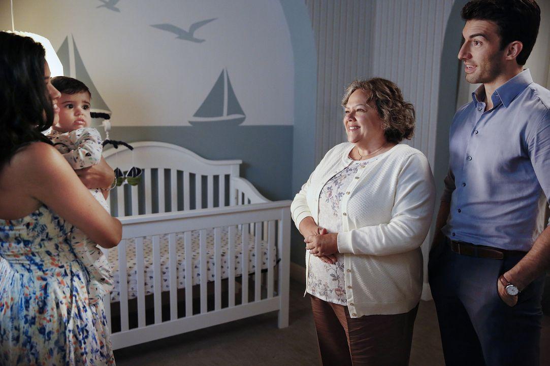 Jane (Gina Rodriguez, l.) und Rafael (Justin Baldoni, r.) suchen einen Babysitter für Mateo, um sich ein wenig Erleichterung zu verschaffen. Doch Ja... - Bildquelle: Greg Gayne 2015 The CW Network, LLC. All rights reserved.