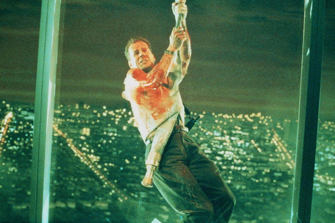 Hängend nimmt John McClane (Bruce Willis) den Kampf mit den skrupellosen Terroristen auf ... - Bildquelle: 20th Century Fox