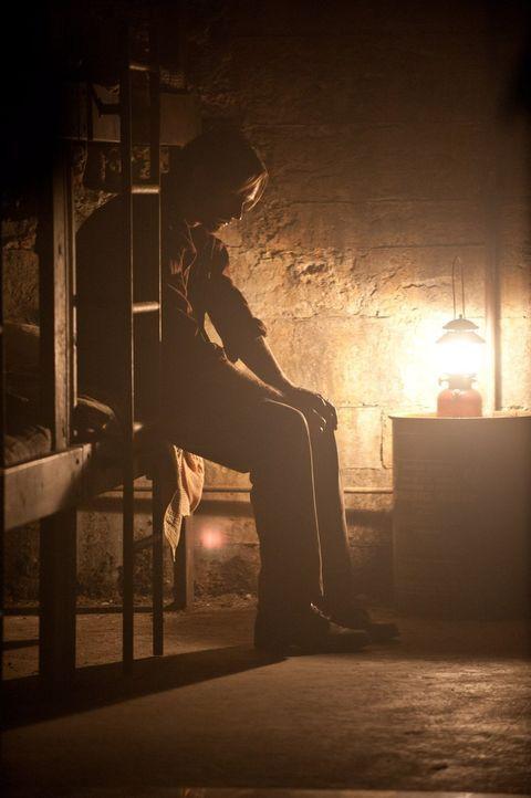 Dunkel und kalt ist der alte Schutzbunker, doch als auf der Erde der Tod droht, ziehen sich Ray (Alexander Skarsgård) und seine Familie dorthin zurü... - Bildquelle: 2015 Warner Bros.