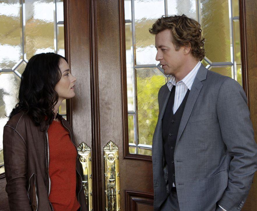 Bei einer Party in einem Countryclub wurde Scarlett Marquesa vergiftet. Patrick (Simon Baker, r.) und Teresa (Robin Tunney, l.) gehen auf Mörderjag... - Bildquelle: Warner Bros. Television