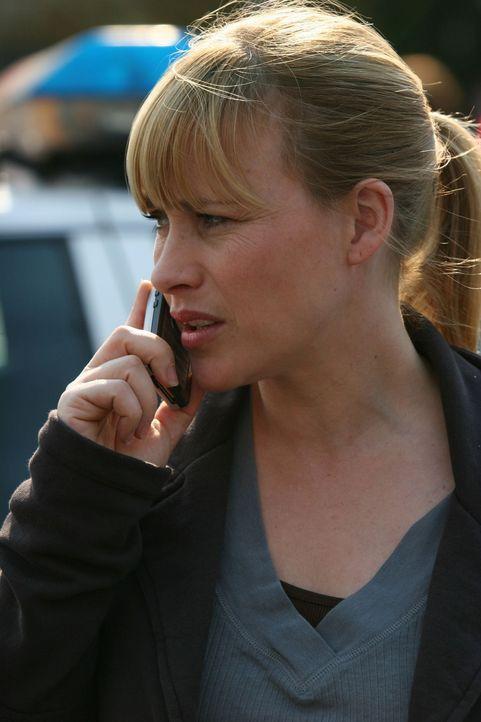 """Verständigt die Polizei darüber, dass sie die Chefin des """"Coffee Planet"""" in ihrem Laden tot auf dem Boden vorgefunden hat: Allison (Patricia Arquett... - Bildquelle: Paramount Network Television"""