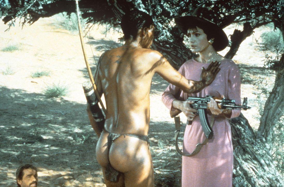 Dr. Ann Taylor (Lena Farugia, r.) ist entsetzt über die ungewöhnliche Begrüßungsgeste des Eingeborenen Xixo (N!Xau, l.) ... - Bildquelle: Columbia Pictures