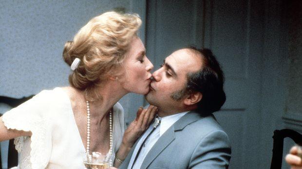 Die sittenstrenge Aurora (Shirley MacLaine, l.) lässt sich zu einem Küsschen...