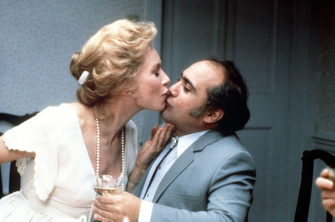 Die sittenstrenge Aurora (Shirley MacLaine, l.) lässt sich zu einem Küsschen für Vernon (Danny DeVito, r.) hinreißen ... - Bildquelle: Paramount Pictures