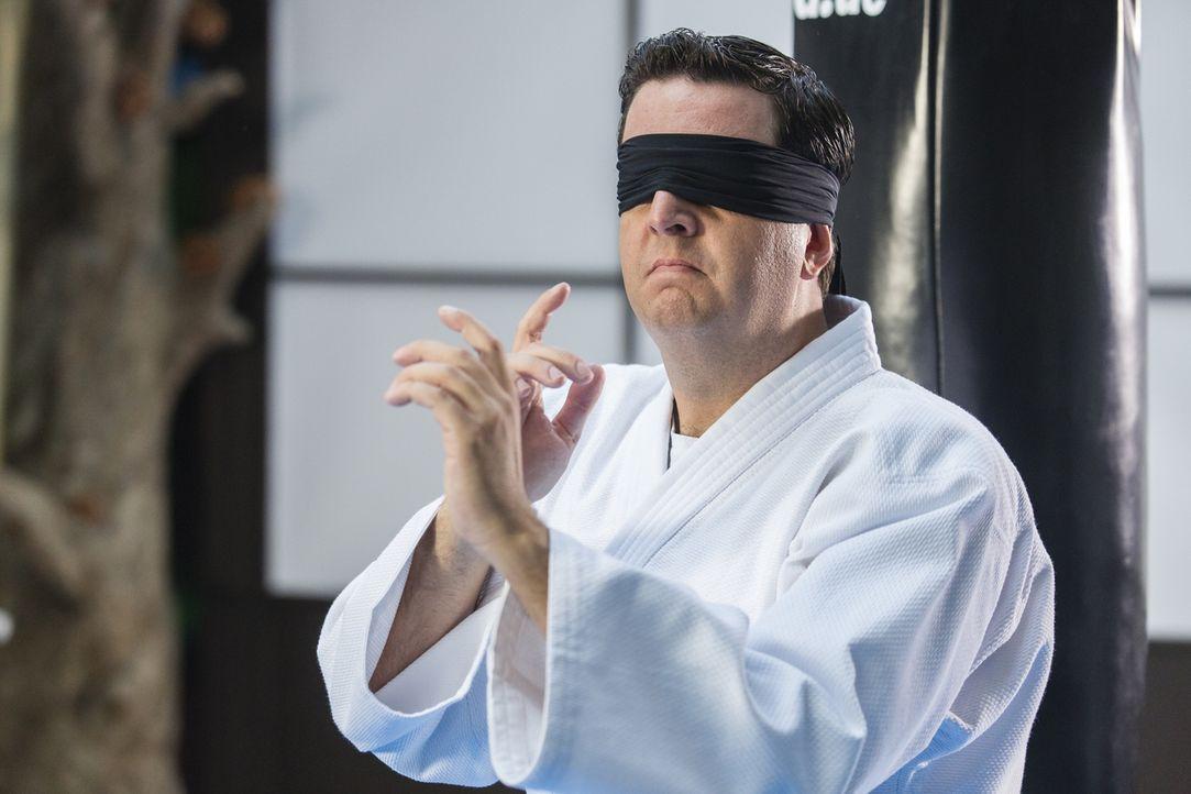 Die asiatischen Kampfsportkünste, die Bastian (Bastian Pastewka) lernt, sind nicht nur für seinen Körper gut, sie geben ihm auch ein völlig neues Se... - Bildquelle: Frank Dicks SAT.1
