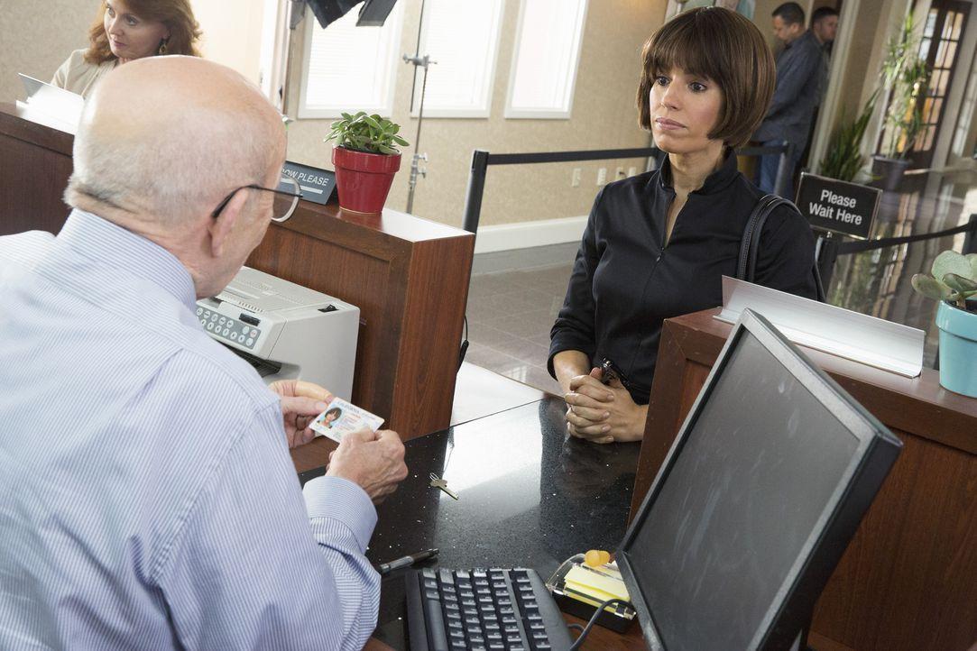 Auf der Suche nach handfesten Beweisen schreckt Marisol (Ana Ortiz, r.) vor nichts zurück ... - Bildquelle: 2014 ABC Studios