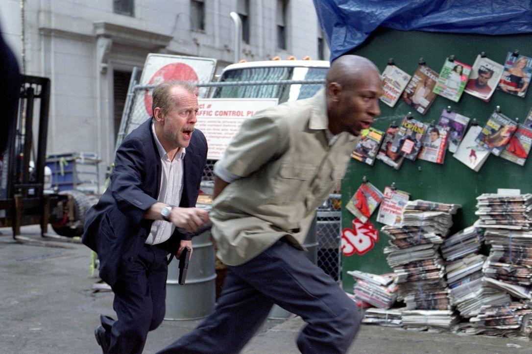 Nur 16 Blocks soll der Cop Jack Mosley (Bruce Willis, l.) den geschwätzigen Eddie Bunker (Mos Def, r.) von der Zelle in den Gerichtssaal bringen. Do... - Bildquelle: Nu Image