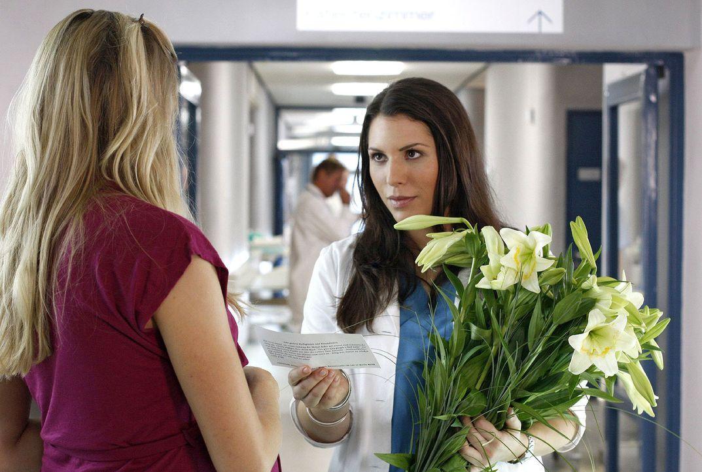 Nicole Oberländer (Annika Blendl, l.) bedankt sich bei Hülya (Eva-Maria Reichert, r.) für die gute Behandlung ihrer Freundin und lädt sie auf ei... - Bildquelle: Mosch Sat.1