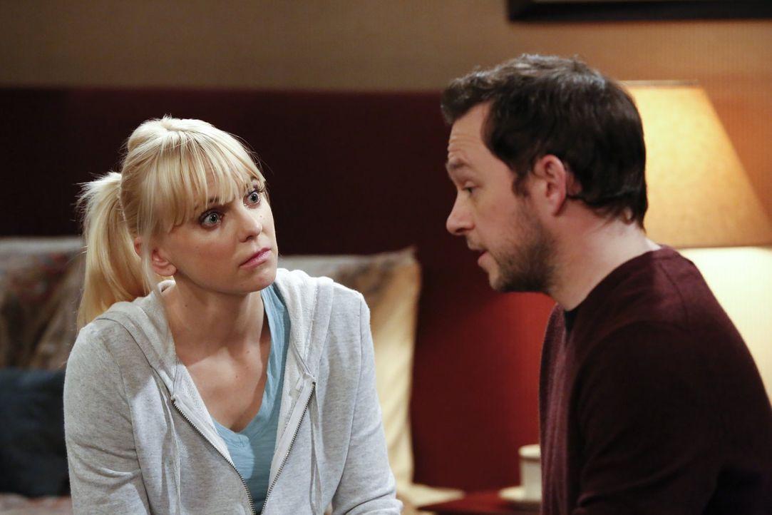 Durch einen Unfall bei Gabriel (Nate Corddry, r.) entdeckt Christy (Anna Faris, l.) eine verborgene Neigung ... - Bildquelle: Warner Bros. Television