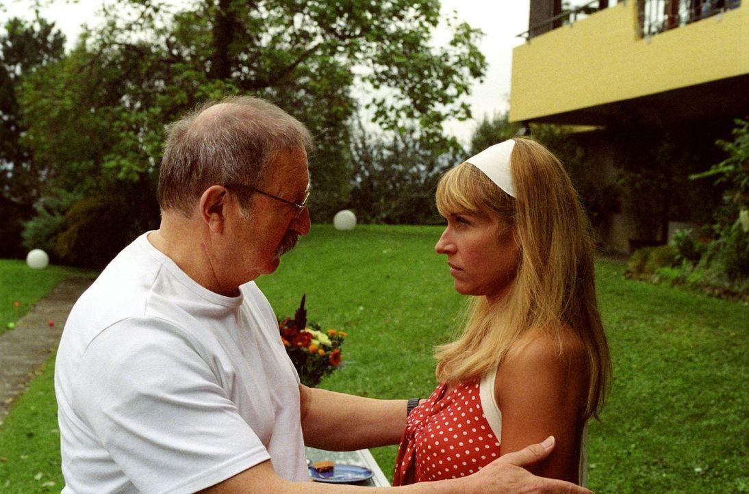 Schwierige Beziehung: Jacky (Anica Dobra, r.) hat ihren Vater (Horst Weinheimer, l.) seit Ewigkeiten nicht gesehen - er ahnt nichts von ihrem Leben... - Bildquelle: Sat.1