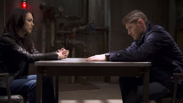 Kann Dean (Jensen Ackles, r.) aus Tessa (Lindsey McKeon, l.) herausbekommen,...