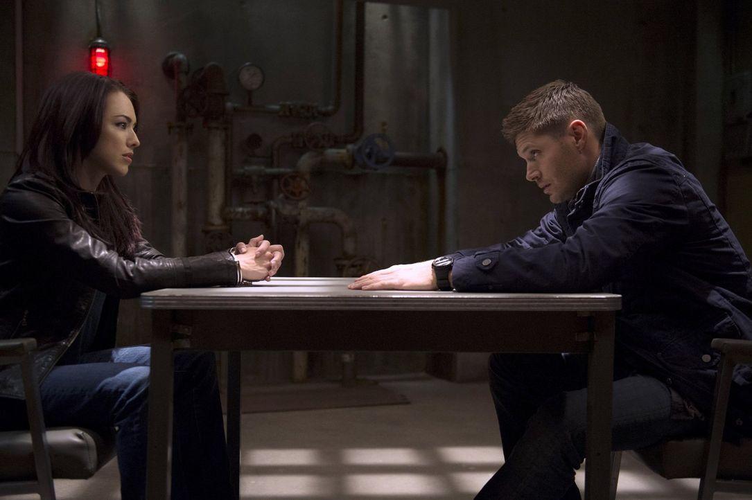 Kann Dean (Jensen Ackles, r.) aus Tessa (Lindsey McKeon, l.) herausbekommen, welche Ziele sie wirklich verfolgt? - Bildquelle: 2013 Warner Brothers