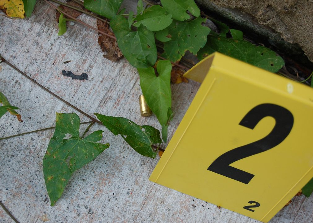 Detective Hank Veverka und Kathleen Carlin finden die Leiche eines 34-jährigen Mannes, der hinter einem verlassenen Gebäude erschossen wurde ... - Bildquelle: A&E Television Networks