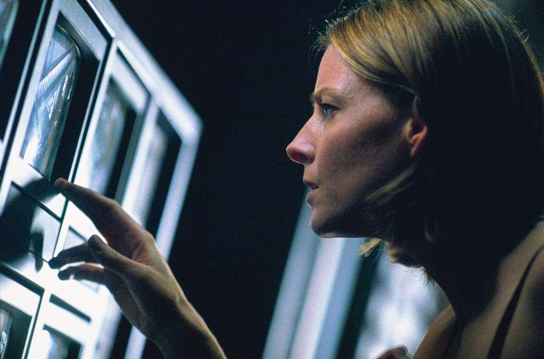 Als sie nachts Geräusche hört, kontrolliert Meg (Jodie Foster) das Haus über die Bildschirme. Da bemerkt sie, dass sie und ihre Tochter offensich... - Bildquelle: 2003 Sony Pictures Television International. All Rights Reserved