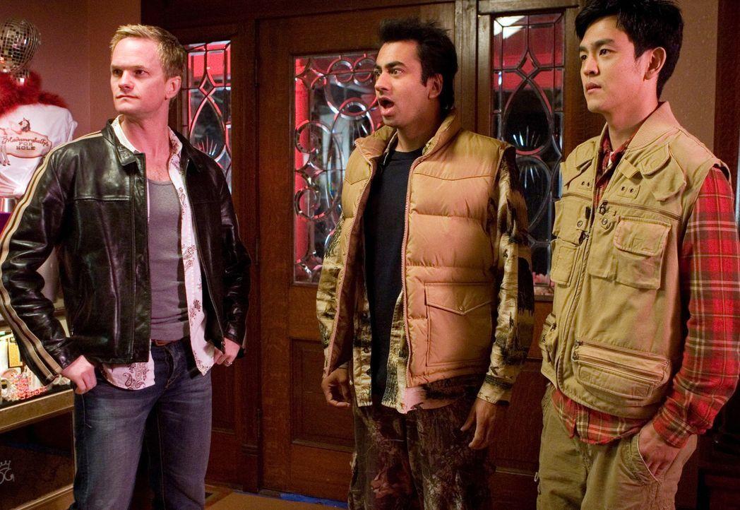 Als Harold (John Cho, r.) und Kumar (Kal Penn, M.) auf den völlig durchgeknallten Neil Patrick Harris (Neil Patrick Harris, l.) treffen, ist das Ch... - Bildquelle: Warner Brothers