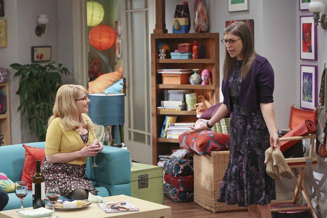 Penny und Bernadette (Melissa Rauch, l.) versuchen, Amy (Mayim Bialik, r.) etwas aufzuhübschen, da sie ein Date mit Dave hat, während Sheldon seine... - Bildquelle: 2015 Warner Brothers