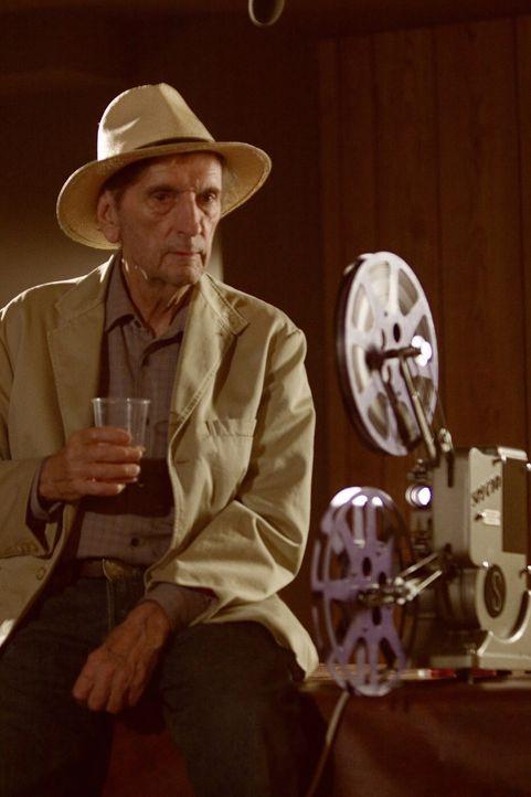 Der pensionierte Kameramann Harvey (Harry Dean Stanton) hat ein spektakuläres Video, das er vor 48 Jahren in geheimem Regierungsauftrag aufgenommenh... - Bildquelle: Warner Brothers International