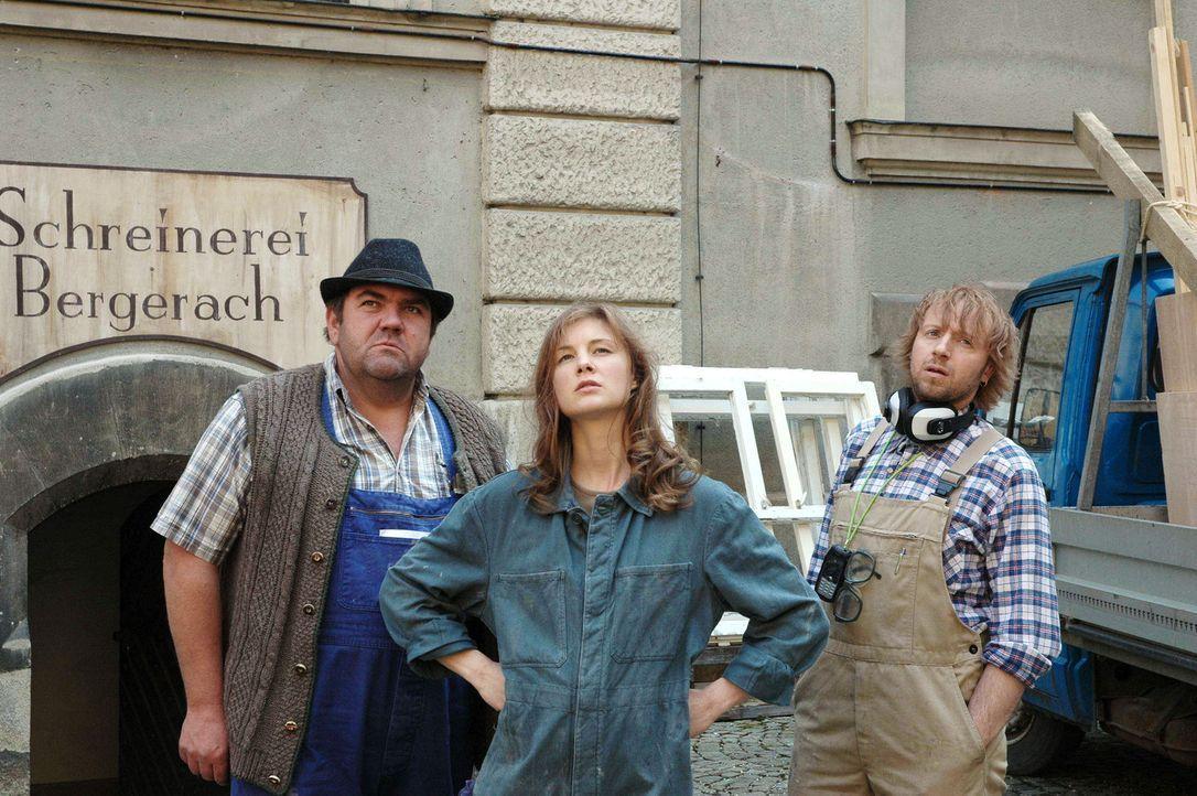 Ungläubig schauen Katharina (Cordelia Wege, M.), ihr Mitarbeiter Pavel (Ivan Shvedoff, r.) und der Lieferant (Peter Rappenglück, l.) auf das alte... - Bildquelle: Sat.1